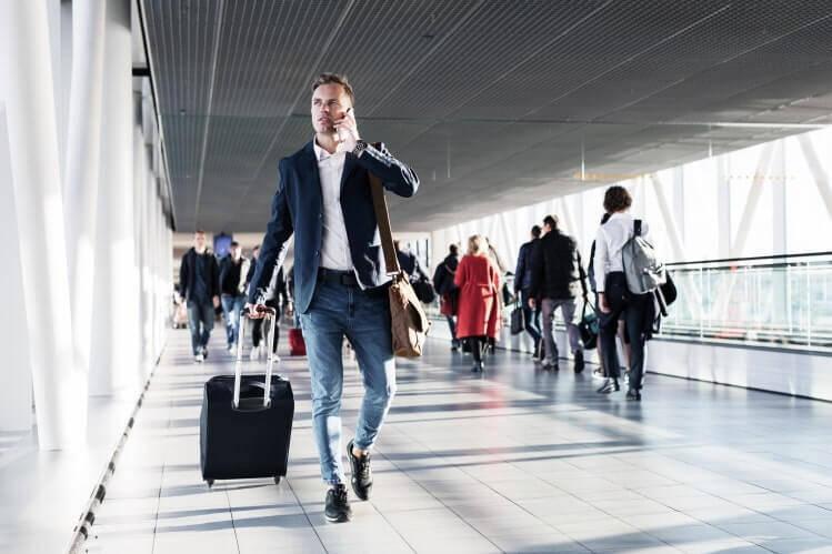 Mann am Flughafen